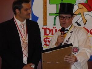 Bernd Kretzer (links) erhält von Dennis Klusmeier die Ernennuzngsurkunde zum Diplom-Handlanger.