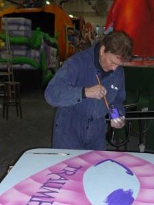 """""""So müsst Ihr die Farbe mischen"""" - Künstler Willi Wukasch gibt den Spiesratzen Hilfestellung."""