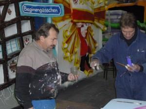 Wagenbau-Leiter Lutz Strietzel (links) hört sich die Ratschläge des Künstlers gern an.