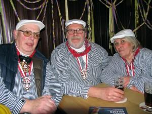 Heinz Krudwig mit den beiden RP-Gewinnern: Elfriede und Gerhard Pohlhaus.