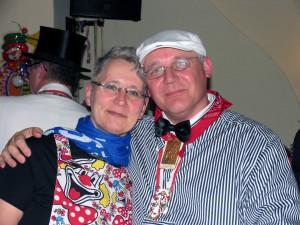 Schatzmeister Uwe Schnierer hat seine Frau in den Arm genommen.