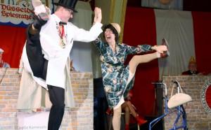 """""""Änne aus Dröpplingsen"""" bei einer Stand up-Comedy mit Oberpolier Dennis Klusmeier auf der Bühne der Närrischen Baustelle im Rheingoldsaal."""
