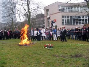 Der Hoppeditz steht in hellen Flammen, das Ende ist nah. Der Rest ist nur noch Asche! Aber am 11.11. wird, da sind sich alle sicher, der Erz-Narr der Düsseldorfer Karnevalisten wieder erwachen.