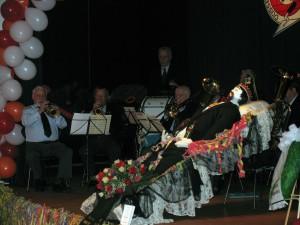 Aufgebahrt: Der Hoppeditz auf der Bühne des Ibach-Saals im Stadtmuseum; die Kapelle Werner Bendels unterhält die Trauergäste musikalisch.