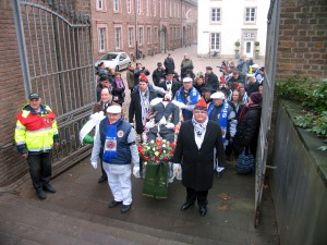 Der Trauerzug hat das Hauptportal des Stadtgartens erreicht, nachdem durch die Gassen der Carlstadt gezogen worden war.