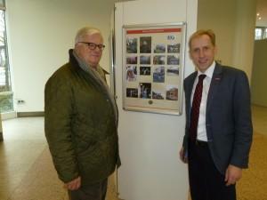 Baumeister Rolfgeorg Jülich (links) und Diplom-Handlanger Dr. Axel Fuhrmann während des Rundgangs durch die Spiesratze-Ausstellung.