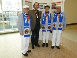 Uwe Müller-Biebel, schon mit dem Sessionsorden geehrt, und drei Spiesratze im traditionellen Baselöngken. Von links: Reinhard Arndt, Uwe Müller-Biebel, Maria Noeswand und Reinhard Nieswand.