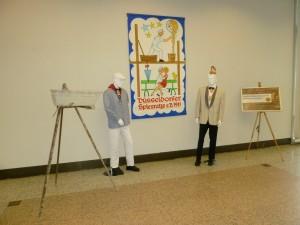Zwei lebensgroße Puppen in der traditionellen Spiesratze-Kleidung begrüßen die Besucherinnen und Besucher der Ausstellung.