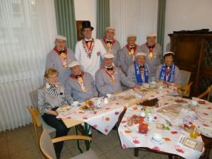"""Die Spiesratze versammelten sich kurz vor der Veranstaltung zur Stärkung mit """"Berlinern"""" und Kaffee im Gästezimmer desSt. Anna-Stifts."""