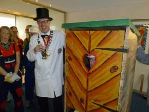 Es ist vollbracht: Das Toilettenhäuschen wurde fachgerecht aufgebaut. Oberpolier Dennis Klusmeier lacht zufrieden.