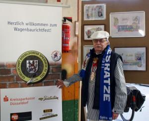 """Spiesratze-""""Knipser"""" Wolfgang Thiedig vor dem Banner in der Wagenbauhalle."""
