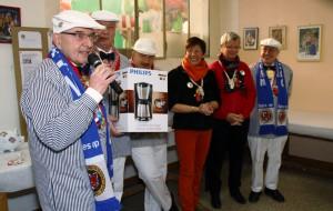 Oberbaurat Bernhard Lück (links) bedankt sich im Namen des Wagenbau-Teams für die Unterstützung. Reinhard Arndt hat dem Team eine neue Kaffeemaschine spendiert.