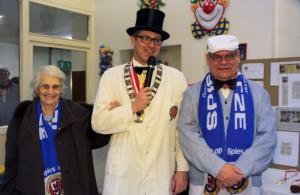 Oberpolier Dennis Klusmeier begrüßt auf dem Richtfest zwei neue Mitglieder: Edda Rathmann und Lothar Henneke.