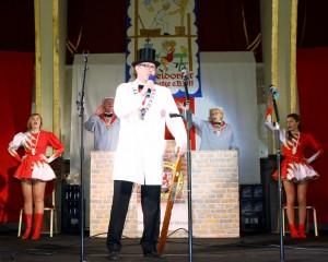 Premiere auf der Närrischen Baustelle im Rheingoldsaal: Oberpolier Dennis Klusmeier begrüßt die Jecken!