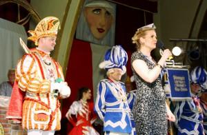 """Venetia Claudia spricht zu """"ihrem närrischen Volk"""" - Prinz Christian II. hört aufmerksam zu."""