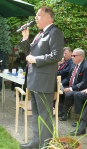 Schützenchef Lothar Inden im Garten des St. Anna-Stifts während seiner Begrüßungsrede.