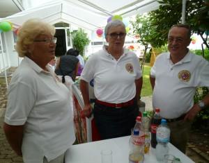 Roswitha Albert, Ingrid Rüther und Wilhelm Rosenbaum (von links) auf dem Sommerfest.
