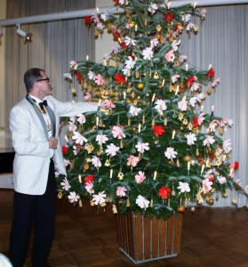 """Oberpolier Dennis Klusmeier vor """"Goethes Weihnachts"""" im Weimarer Zimmer des Goethe-Museums."""