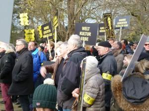 Dicht gedrängt standen die Teilnehmer an der Kundgebung an der Landskrone im Hofgarten.