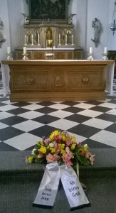Das Blumengebinde vor dem Altar in Maxkirche.