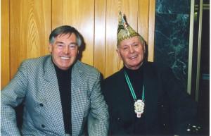 """Ralph Marquis (links) und Hans Heinrichs im Jahr 2000 während der Ausstellungseröffnung """"175 Jahre Düsseldorfer Karneval"""" in der Kreissparkasse."""