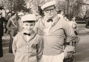 Erste Teinahme am Düsseldorfer Rosenmontagszug 1950: Der achtjährige Heinz neben seinem Vater Paul.